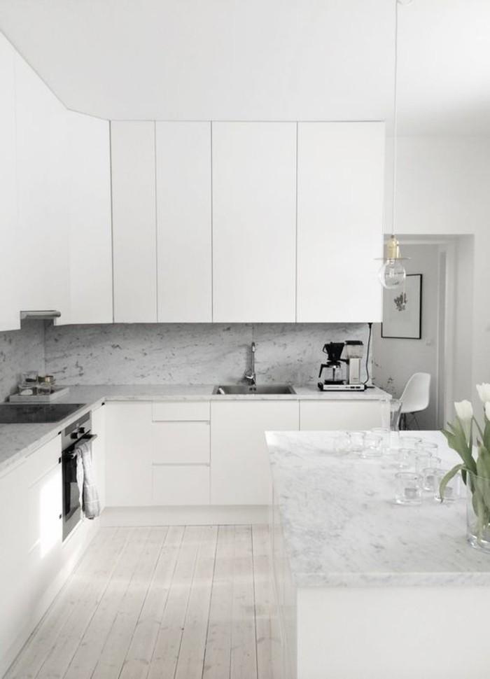 cuisine-sol-parquet-clair-idee-meubles-de-cuisine-blancs-ilot-de-cuisine-marbre-blanc