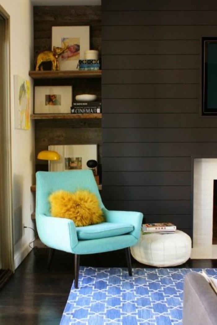 deco-interieur-canape-bleu-coussin-jaune-moutarde-mur-gris