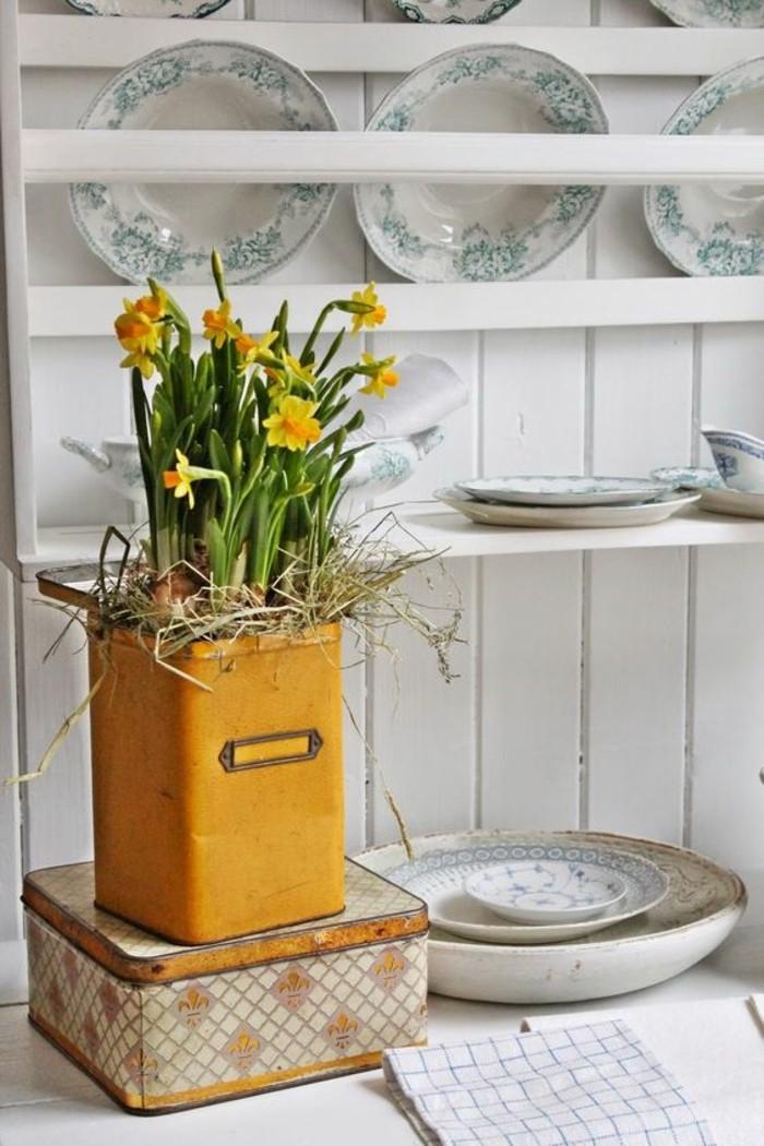 decoration-cuisine-blanche-etageres-objet-deco-jaune-moutarde