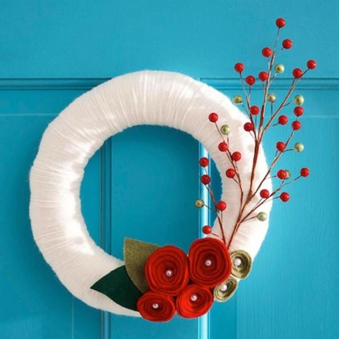 decoration-de-noel-a-fabriquer-soi-meme-une-couronne-formee-de-lin-enroule-feuilles-et-fleurs-de-feutrine