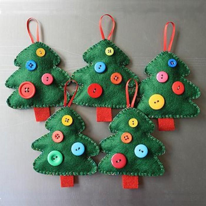 decoration-extremement-creative-petits-sapins-de-noel-jouets-en-feutrine-decores-de-boutons-decoration-de-noel-a-fabriquer