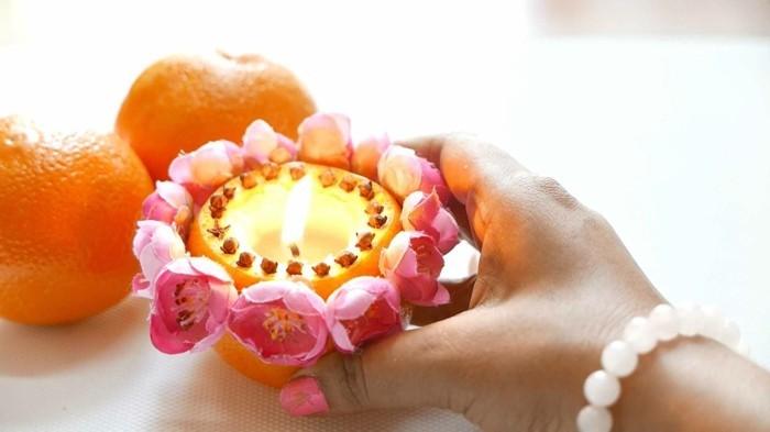 de-la-cire-dans-une-clementine-bougie-decoree-de-fleurs-suggestion-magnifique