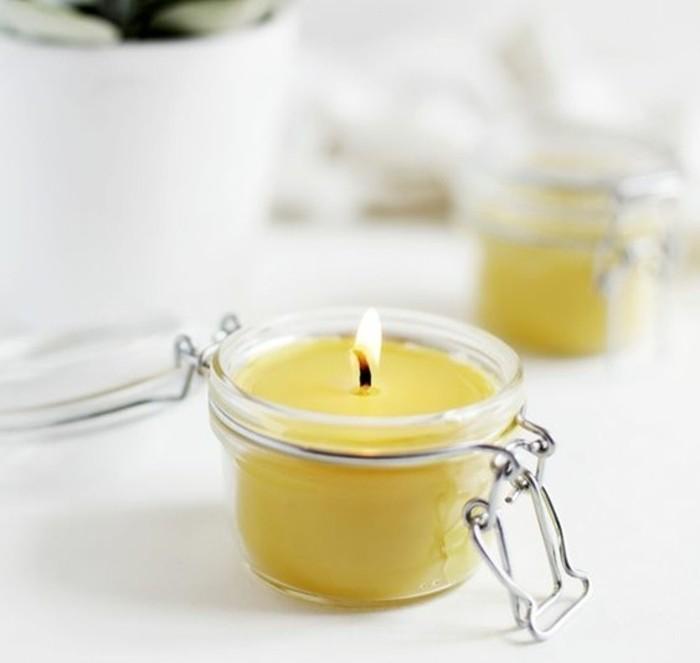 de-la-cire-versee-dans-de-jolis-petits-pots-en-verre-magnifique-suggestion-pour-fabriquer-des-bougies-mpressionnantes