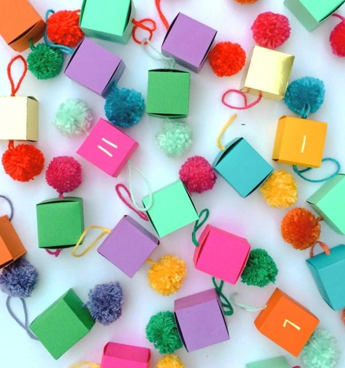 de-tres-petites-boites-en-carton-multicolores-numerotes-et-decores-suggestion-calendrier-de-noel-tres-joyeuse