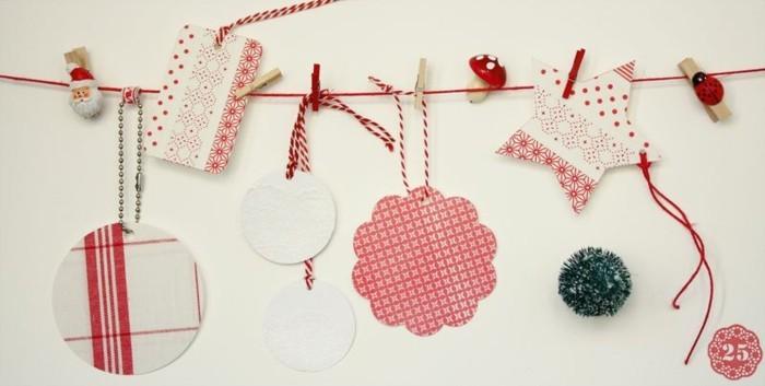 decoration-noel-fenetre-au-fil-rouge-avec-pere-noel-et-des-cartes-fixes-avec-des-pinces-a-linge