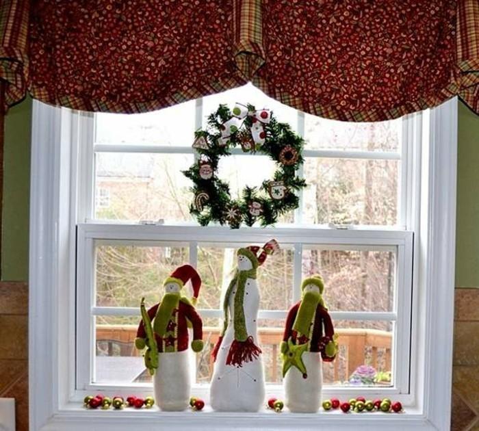 decoration-de-noel-fenetre-noel-aux-3-bonhommes-de-neige-et-aux-boules