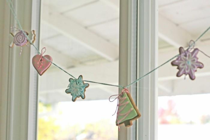 decoration-noel-fenetre-aux-biscuits-faits-maison-de-formes-traditionnelles-pour-la-fete