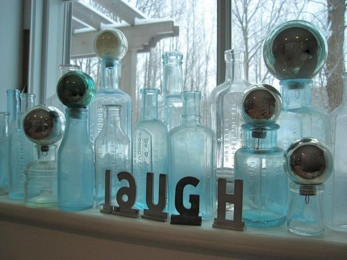 decoration-fetes-de-noel-aux-bouteilles-en-vitre-bouchees-avec-des-boules-et-message-positif