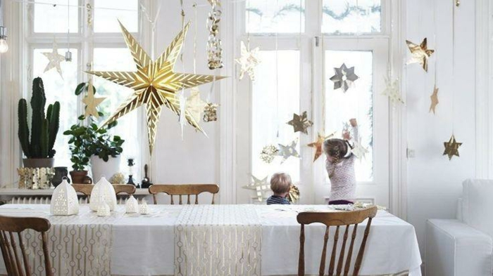 decoration-fenetre-noel-aux-grandes-etoiles-dorees-resized