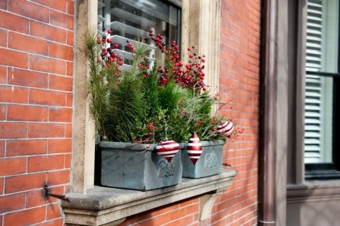 decoration-fenetre-noel-aux-pots-avec-des-boules-et-des-jouets-resized