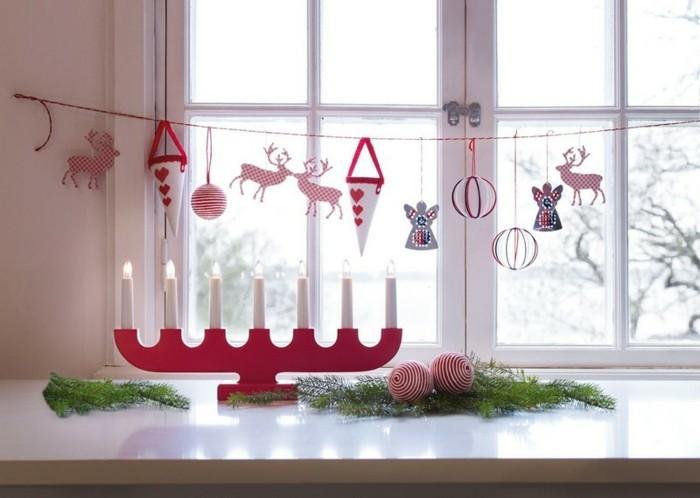 decoration-fenetres-fetes-avec-chandelier-rouge-et-bougies-blanches