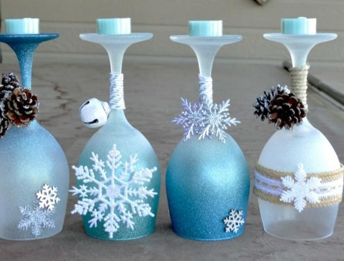 decoration-de-noel-pour-la-fenetre-avec-des-coupes-de-champagne-ornes-comme-des-chandeliers