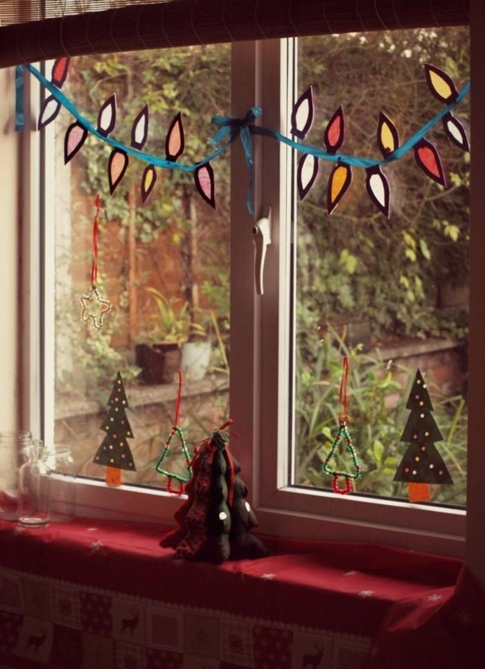decoration-noel-pour-fenetres-avec-des-sapins-de-taille-et-de-couleur-differente