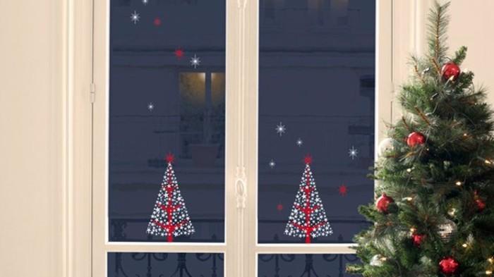 decoration-noel-pour-les-fenetres-avec-des-sapins-en-rouge-et-blanc