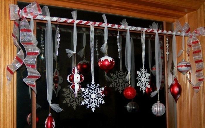 decoration-de-noel-pour-les-fenetres-avez-des-boules-et-des-spirales