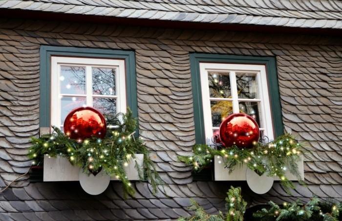 decoration-de-fenetre-noel-exterieure-aux-grandes-boules-rouges-et-aux ...
