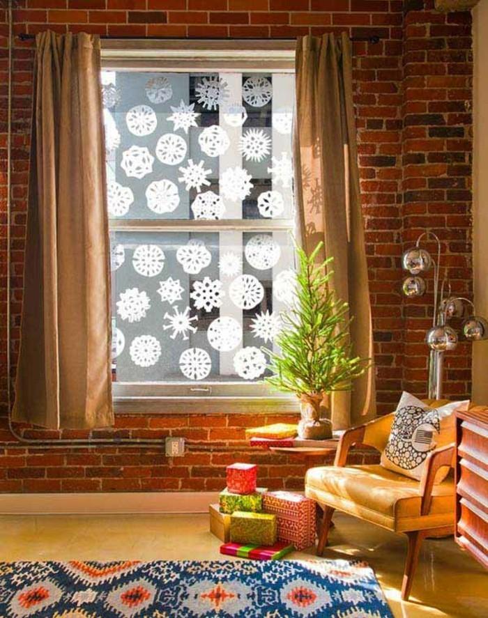 decoration-de-noel-pour-la-fenetre-noel-neige-tombante-avec-un-sapin-a-cote-de-la-vitre
