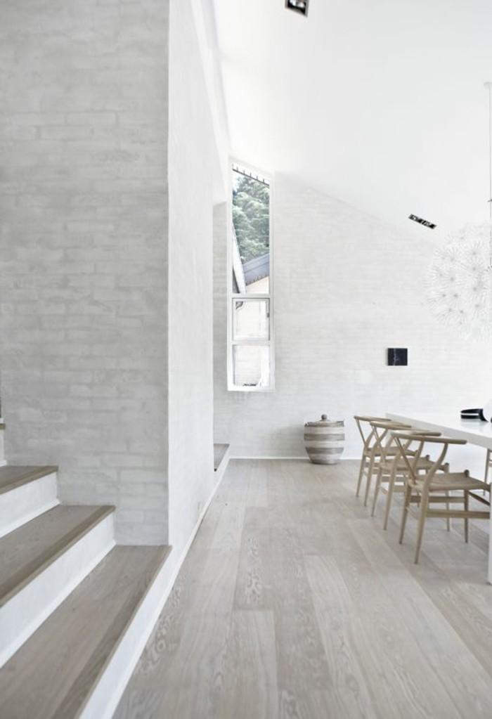 demeure-design-moderne-2017-chaise-en-bois-clair-mur-en-briques-blancs