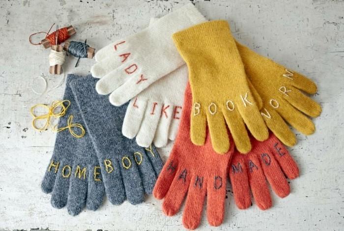 des-gants-personnalises-joli-cadeau-noel-femme-et-homme-lettrs-brodees-a-la-mains-sur-des-gants