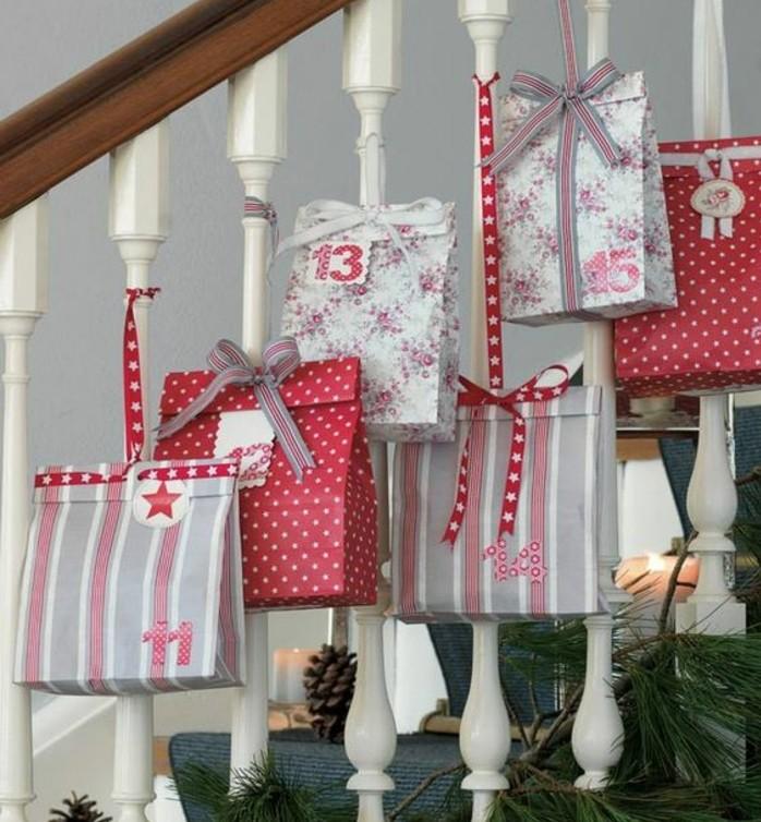 des-paquets-de-cadeaux-multicolores-suspendus-a-une-balustrade-fabriquer-un-calendrier-de-l-avent-suggestion-originale