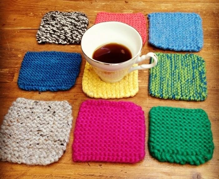 des-sous-tasses-tricotees-de-couleurs-differentes-cadeau-fete-des-meres-a-fabriquer-soi-meme