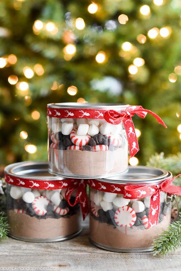 pots en verre avec des ingrédients chocolad chaud maison, cacao, bonbons menthe poivrée et marshmallow, cadeau a faire soi meme pour noel