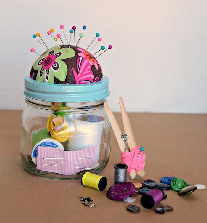 idee cadeau mamie qui aime coudre ou cadeau couture matériaux et outils dans pot en verre, fils et aiguilles cadeau