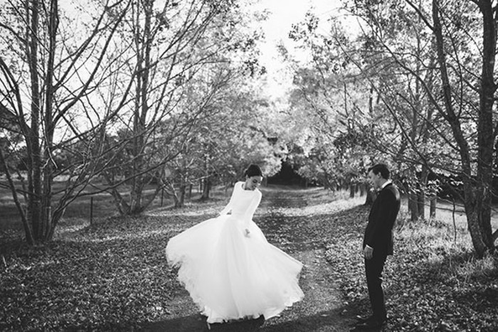elegante-robe-de-mariee-simple-pas-cher-cool-photo-en-noir-et-blanc