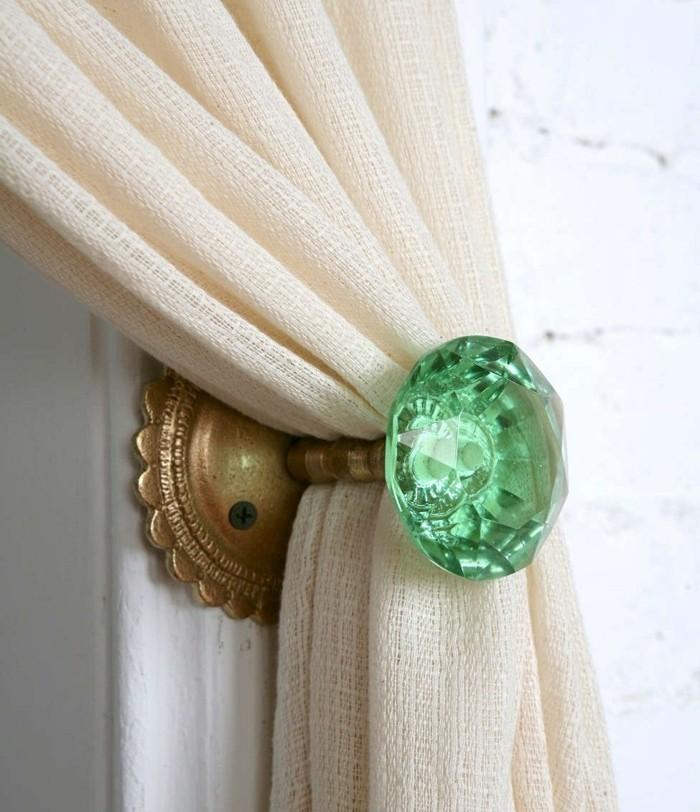 embrasse-rideau-en-metal-bronze-et-boule-transparente-en-vert