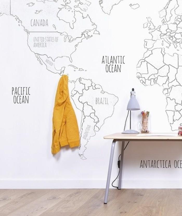 espace-bureau-carte-mappemonde-blanche-parquet-claire