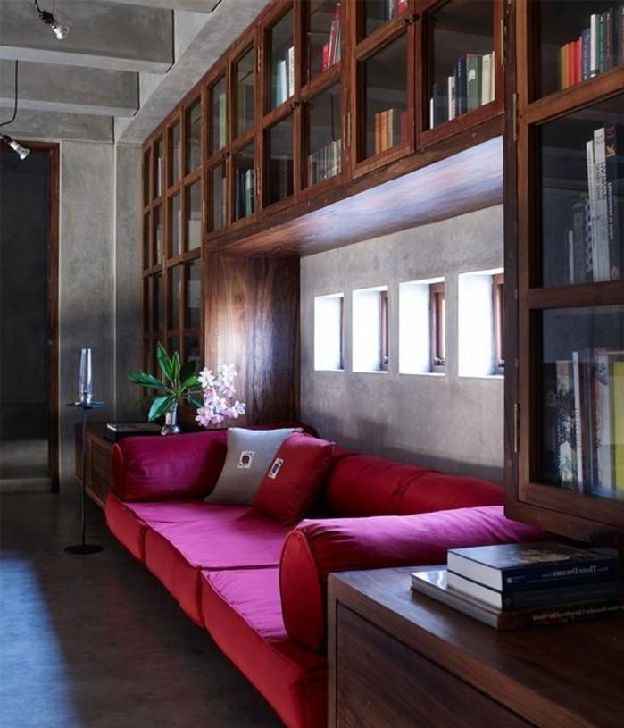 etagere-bibliotheque-sofa-pourpre-petites-fenetres-design