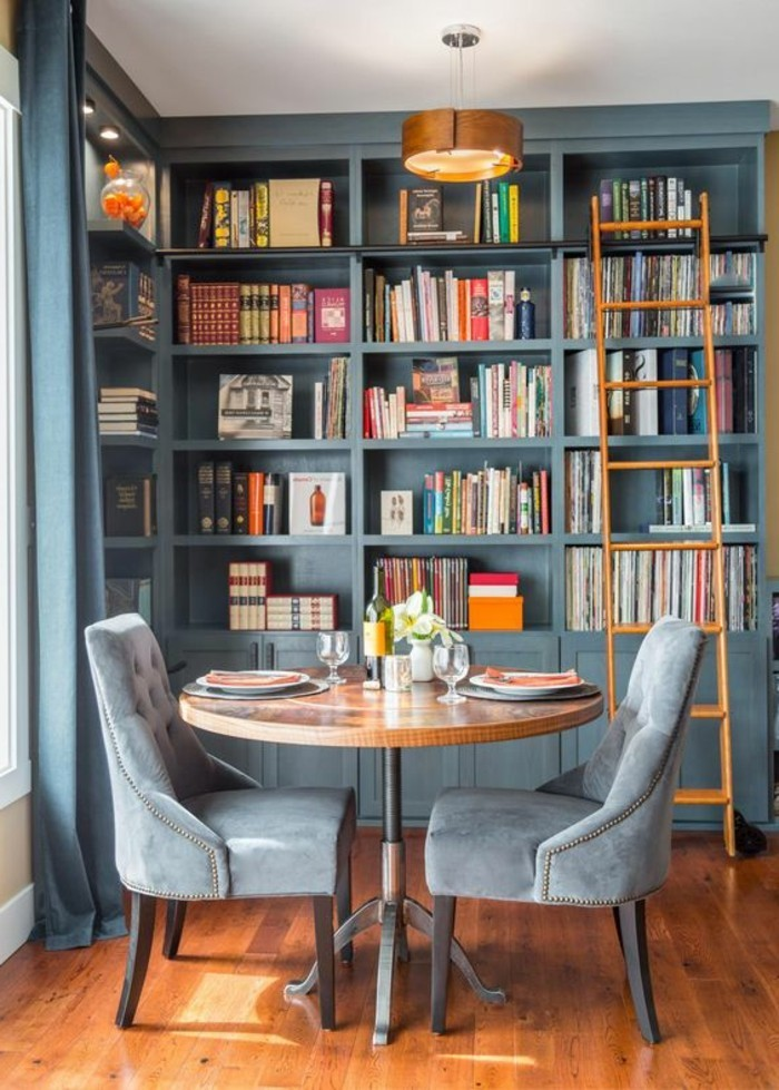 etagere-bibliotheque-table-ronde-et-fauteil-gris-sol-en-bois