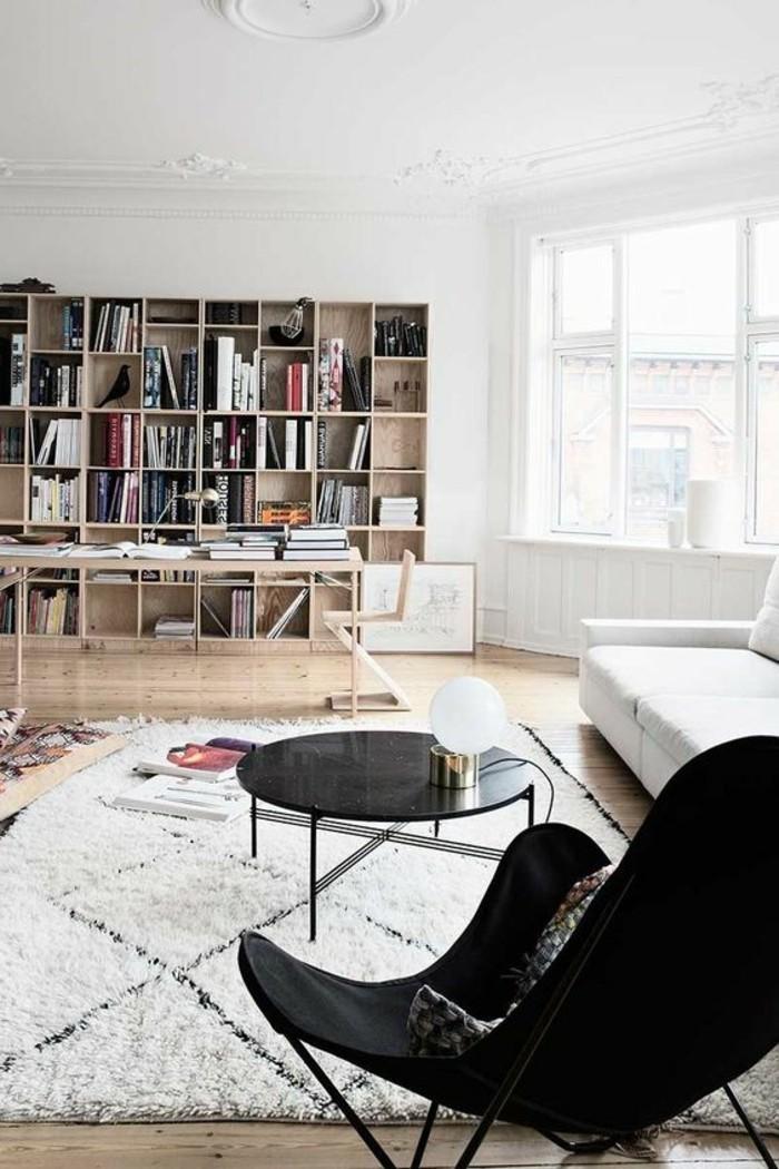 etagere-bibliotheque-tapis-marocain-fauteuil-noir-salon-spacieux