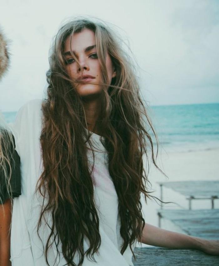 excellente-coupe-pour-cheveux-long-femme-la-belle-au-bord-de-la-mer