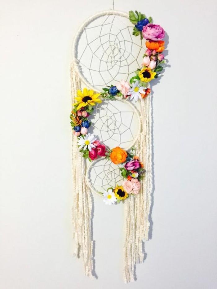 exemple-d-attrape-reve-extremement-joli-decoration-de-fleurs-toile-et-franges-blancs