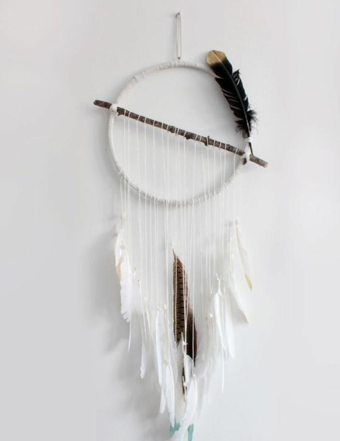 exemple-d-attrape-reve-interessant-modele-simple-en-blanc-ficelles-blanches-et-plumes-blanches