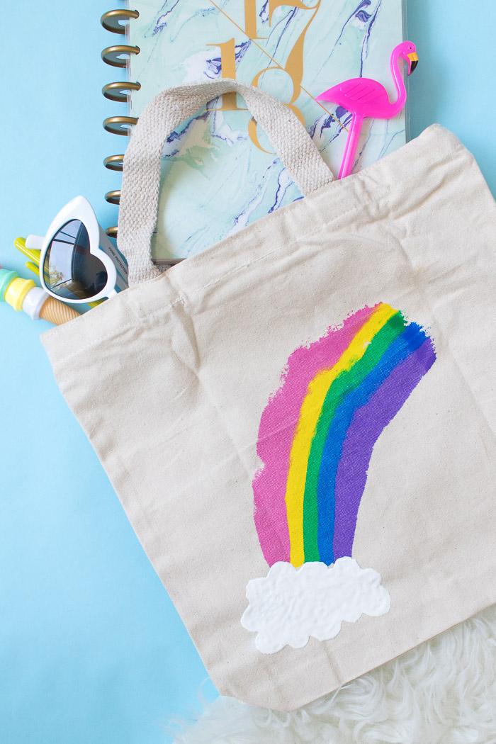 tote bag customisé à motif arc en ciel peint avec de la peinture pour tissu, cadeau copine ou maitresse