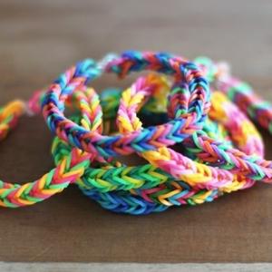 Comment faire des bracelets en élastique - tuto et quelques jolis modèles