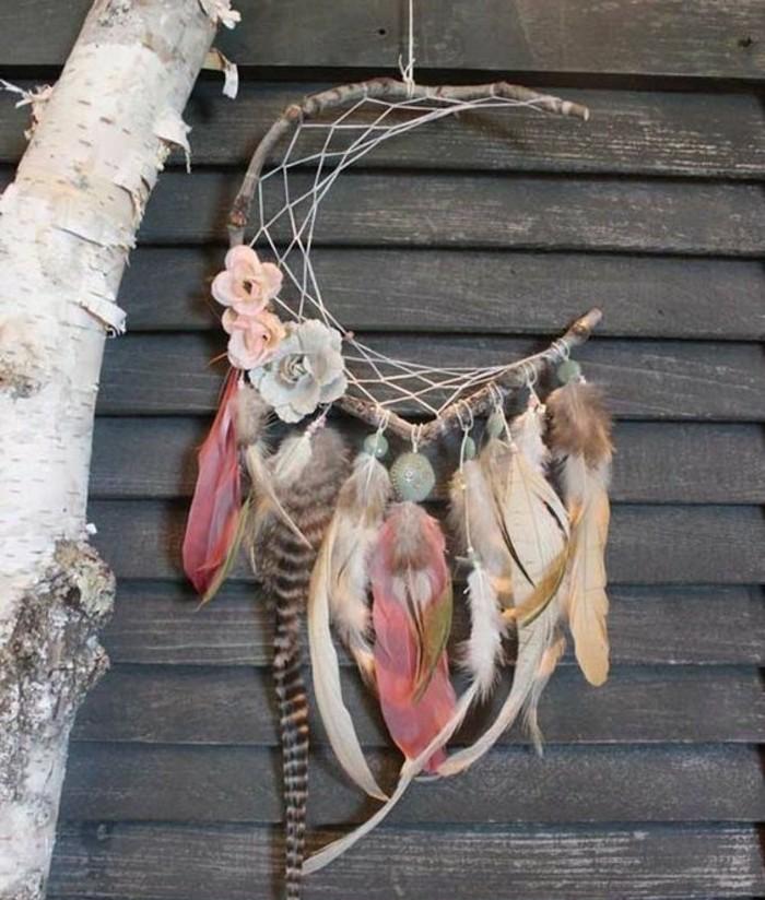 fabriquer-un-attrape-reve-idee-tres-jolie-brindille-de-bois-en-guise-d-anneau-superbe-decoration-plumes-de-differentes-couleurs-et-fleurs-decoratives