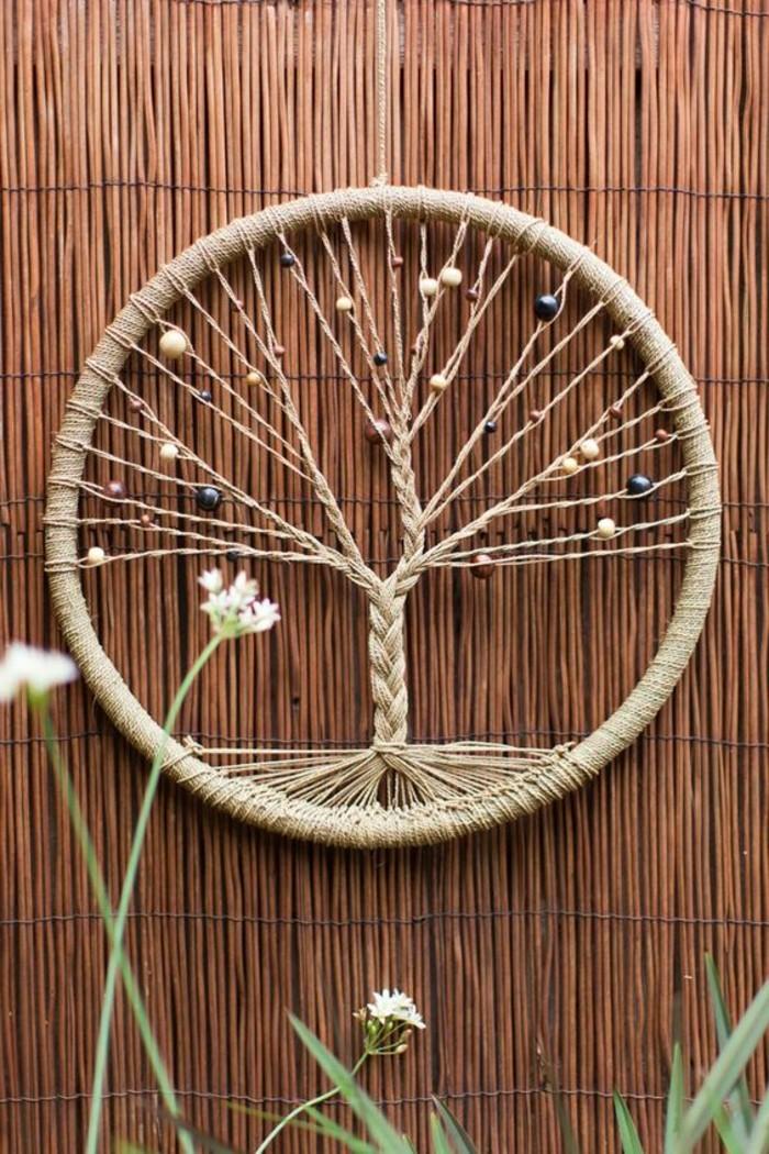 fabriquer-un-attrape-reve-modele-tres-interessant-de-capteur-de-reve-avec-un-filet-imitant-un-arbre