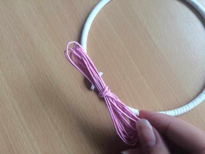 fabriquer-un-attrape-reve-tissage-de-la-toile-a-l-aide-d-une-ficelle-rose