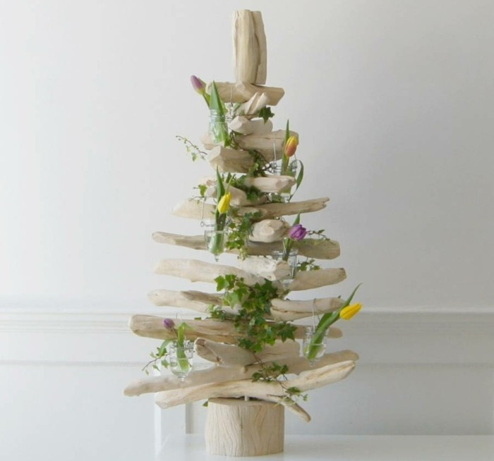 fabriquer-un-sapin-de-noel-en-bois-flotte-clair-decoration-de-fleurs-idee-tres-esthetique