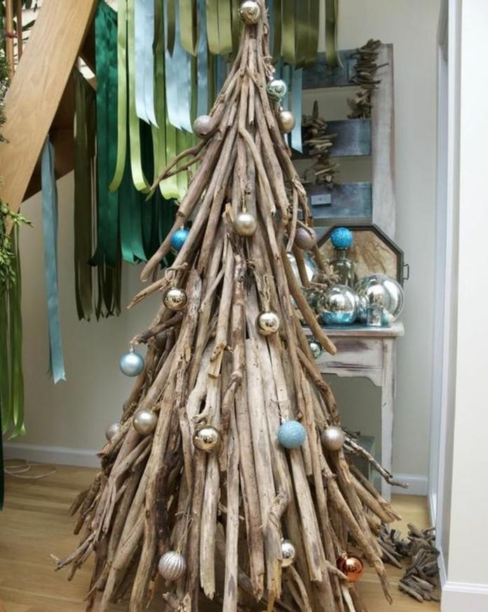 fabriquer-un-sapin-de-noel-en-bois-flotte-decoration-de-boules-de-noel-style-bord-de-mer