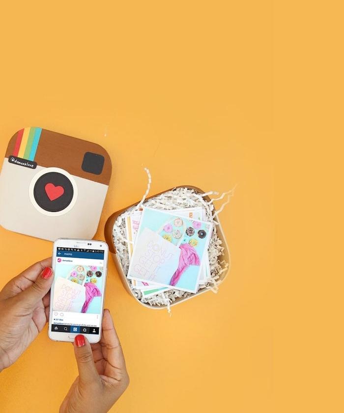 idée cadeau meilleure amie à fabriquer dans une boîte de carton customisée pour garder photo souvenir instagram