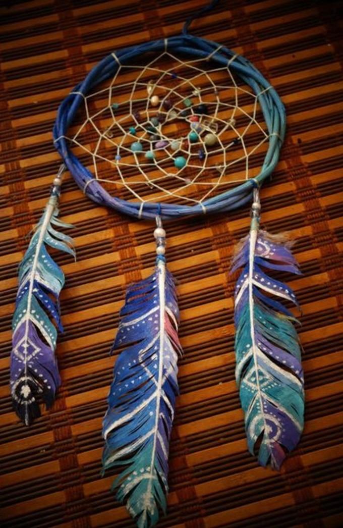 formidable-modele-attrape-reve-en-vert-bleu-et-violet-trois-plumes-joliment-decorees