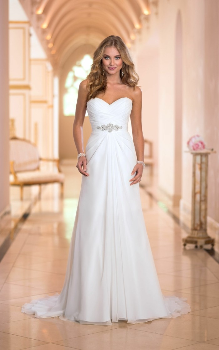 formidable-robe-de-marie-simple-elegance-couloir