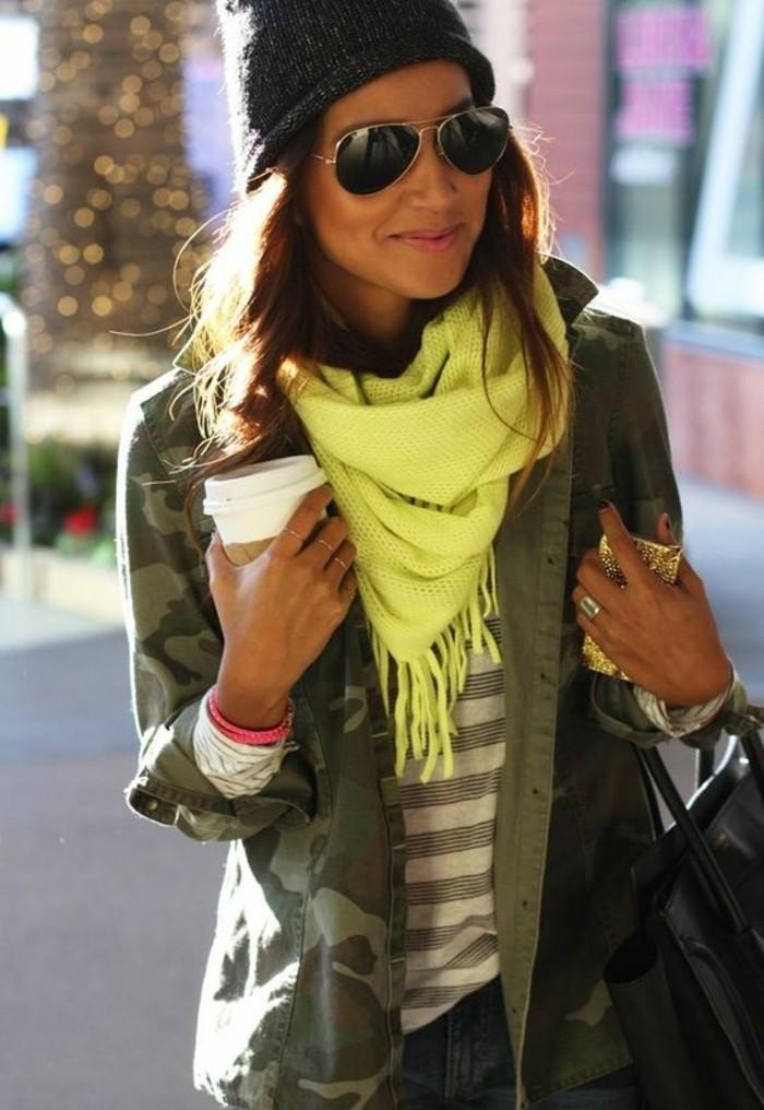 foulard-jaune-electrique-veste-style-militaire-femme-calouflage