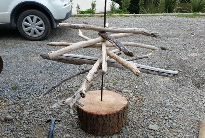 glisser-les-branches-dans-la-barre-de-renforcement-pour-assembler-les-pieces-de-votre-sapin-en-bois-flotte