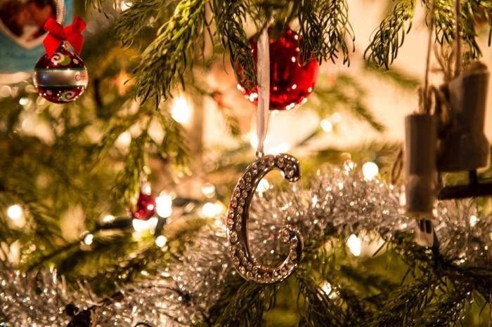 ... jouer avec les guirlandes lumineuses de Noël, mais soyez attentives