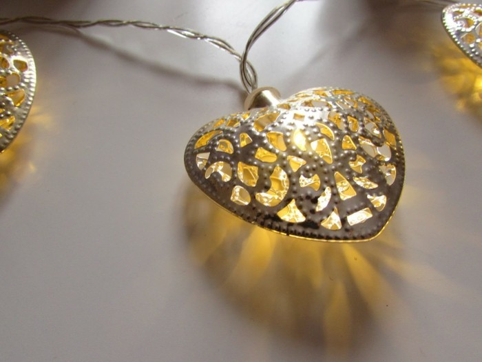 guirlande-lumineuse-noel-exterieur-idee-deco-forme-de-coeut-illuminee